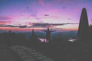 Đã lỡ yêu Đà Lạt thì đừng quên lưu giữ những khoảnh khắc thơ mộng đến nao lòng của bầu trời hoàng hôn tím nhé!