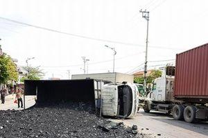 Quảng Ninh: Xe chở than chạy trên đường cấm QL18 gây tai nạn khiến than đổ đầy ra đường