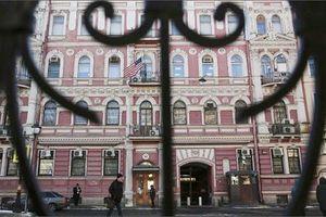 Nhân viên ngoại giao Mỹ chuyển đồ ra khỏi tòa LSQ ở Nga