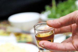 Clip: Cô dâu trẻ uống liên tục 10 chén rượu để nhận phong bì cực 'bá đạo'