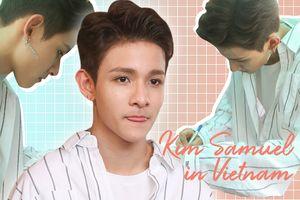 Kim Samuel đẹp trai ngời ngời, thân thiện nán lại họp báo để ký tặng fan Việt