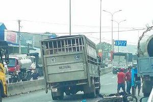 Vòng xoay cổng 11 Biên Hòa: Hai người đi xe máy bị ô tô tải cán tử vong tại chỗ