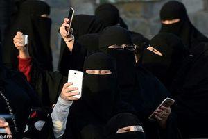 Arab Saudi: Xem trộm điện thoại của chồng có thể bị bỏ tù