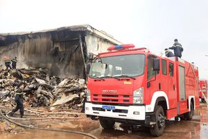 Huy động nhiều xe PCCC từ Trung Quốc dập lửa nhà máy sợi ở Quảng Ninh