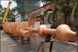 Lắp đỉnh tháp đồng nặng 6 tấn tại Việt Nam Quốc Tự