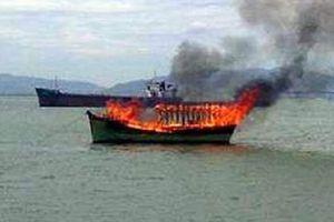 Tàu cá bốc cháy dữ dội, 4 ngư dân ôm phao nhảy xuống biển