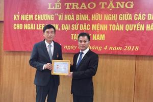Tặng Kỷ niệm chương hữu nghị cho Đại sứ Hàn Quốc Lee Hyuk
