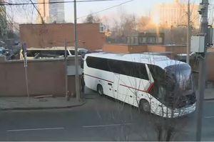 Xe chở các nhà ngoại giao Mỹ bị trục xuất rời đại sứ quán ở Moscow
