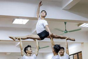 Vũ công Ballet: Nước mắt khổ luyện để biến thành... 'thiên nga trắng'