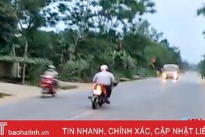 Video: Người đàn ông đi xe máy 'lượn như én' trên đường mòn ở Hà Tĩnh
