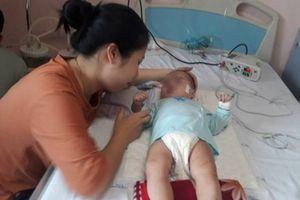Trị viêm phổi theo y sĩ làng, bé 9 tháng tuổi bị bại não, nguy kịch