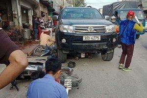 Ôtô tông 3 xe máy và taxi, bé 7 tuổi tử nạn