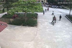 4 thanh niên mang gậy tre vào trường hành hung 'dằn mặt' học sinh