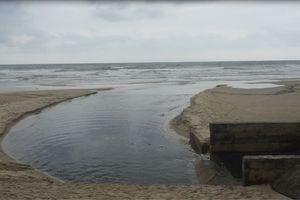 Sau mưa, biển Mỹ Khê nước đen ngòm bốc mùi hôi thối