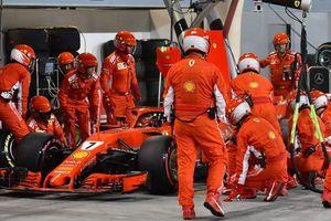 Tay đua Kimi Raikkonen cán nhầm thợ máy đội Ferrari