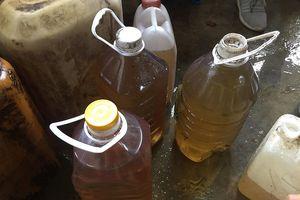 Hà Tĩnh: Kỳ lạ nước giếng biến thành dầu, người dân đua nhau đến lấy