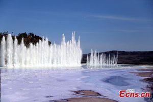 Cột nước cao 12m khi phá băng bằng thuốc nổ ở Trung Quốc