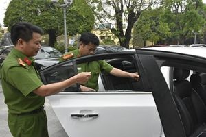Cảnh sát phá kính ôtô bắt giữ hai kẻ vận chuyển 4 bánh heroin