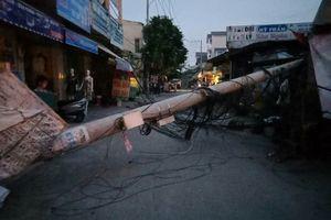 Trụ điện đổ ngang đường, hàng trăm hộ dân ở Sài Gòn mất điện