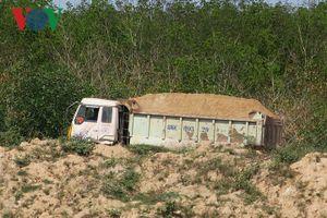 Không ai xử lý xe chở cát trái phép ở Bình Thuận