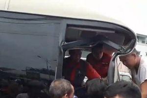 Clip: Tai nạn kinh hoàng ở Quảng Ninh, dân phá đầu xe giải cứu hành khách mắc kẹt