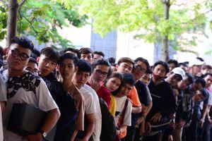 Bạn trẻ Sài Gòn xếp hàng từ 0h mua giày Yeezy 500 Blush 5,3 triệu