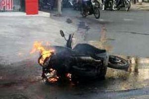 Xe máy tay ga bốc cháy dữ dội khi dừng đèn đỏ