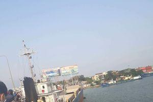 Tàu chở hàng va vào chân cầu Đồng Nai, mắc kẹt nhiều giờ