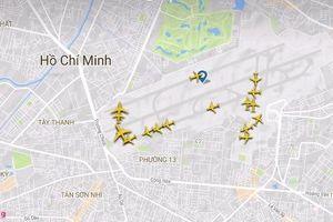 Cảnh máy bay ùn ứ chờ cất cánh ở sân bay Tân Sơn Nhất