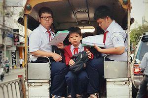 Bức ảnh chụp 3 cậu học sinh tranh thủ học vội đầy căng thẳng trên đường đến trường khiến ai cũng phải suy nghĩ