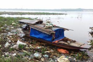 Phú Thọ: Người dân tùy tiện đổ rác ra sông gây ô nhiễm môi trường