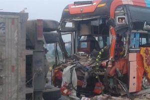 Xe tải đối đầu xe khách, nhiều người may mắn thoát chết