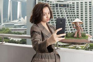 Bảo Anh diện váy nghìn USD, bên cạnh tài tử Hollywood nhưng vẫn dùng chiếc điện thoại 'quốc dân' này