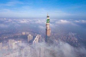 Ngỡ ngàng chứng kiến cảnh hoàn thiện tháp mái tòa nhà cao nhất Việt Nam, TOP 10 thế giới