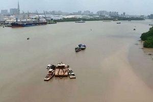Hai sà lan va chạm trên sông Sài Gòn