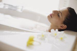 Cách pha nước tắm giúp thư giãn da hiệu quả