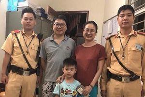 Bé trai đi lạc được CSGT phát hiện đưa về nhà