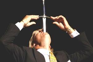 Nuốt lưỡi dao, bị chôn sống ngay trên sân khấu hay những sai lầm 'chết người' của các ảo thuật gia nổi tiếng