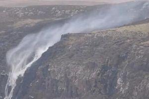 Những thác nước kỳ dị có khả năng chảy ngược lên trời