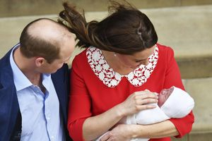 Nước Anh rộn ràng trước tin hoàng tử bé chào đời