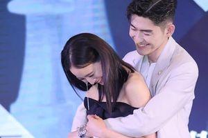 Trương Quân Ninh ngượng ngùng khi được Trương Hàn ôm giữa sự kiện
