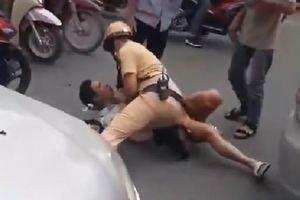 Cảnh sát giao thông quật ngã tài xế taxi đỗ xe giữa đường