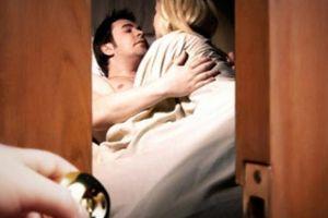 Bắt gặp cháu chồng xoắn xuýt với bạn trai trong phòng ngủ, tôi còn bị mắng 'vô duyên'