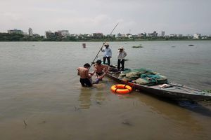 Nam thanh niên được cứu sống nhờ bám chặt cọc tiêu giữa sông sau khi nhảy cầu tự tử
