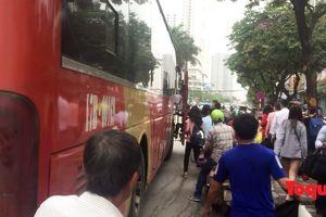 Nghịch lý tại bến xe Giáp Bát: Thả khách trong bến, bắt khách ngoài đường