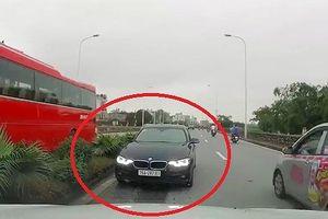 Hà Nội: Đi ngược chiều, xe ô tô còn 'thi gan' đối đầu suốt 1 phút!