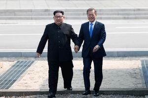 Kim Jong Un đi bộ qua biên giới cho thượng đỉnh lịch sử