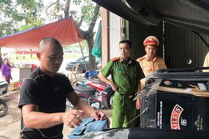 Huế: Thu giữ 450 chai rượu ngoại nhập lậu trên xe bán tải