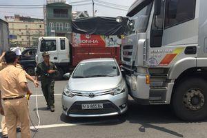 Xe tải nặng húc ô tô 4 chỗ văng cả chục mét trên đường