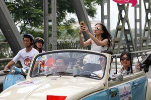 Xe cổ diễu hành khắp đường phố Huế
